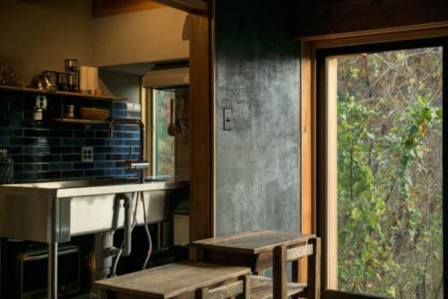 自邸リビング壁とキッチン