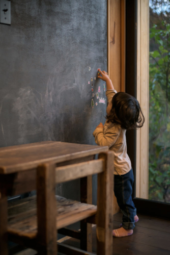 自邸黒板と子ども4